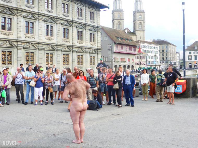 Merthogy ez a fesztivál pucér művészek performanszainak sorából állt három napon keresztül, és a helyszín Zürich belvárosának közepe volt, az egyik legforgalmasabb, csak gyalogosoknak fenntartott híd a városháza előtt