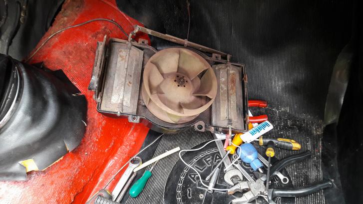 A kibelezett fűtőmotor. Úgy beállt, mint a beton