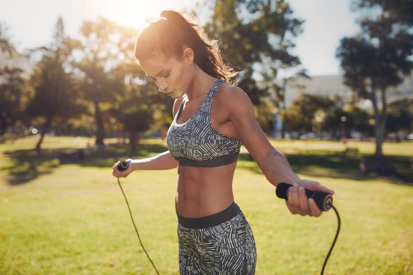 Az ugrókötelezéssel óránként 700 kalóriát lehet elégetni, miközben megmozgatja az egész testet. Előnye, hogy egyszerű, és bárhol végezhető.