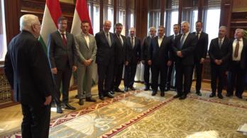 Orbán és miniszterei dalra fakadtak a kormányülésen