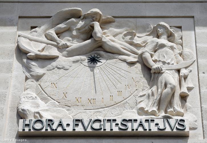 Napóra a párizsi Igazságügyi Palota homlokzatán