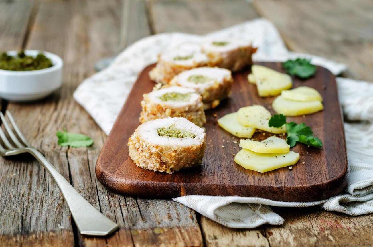 Pestóval töltött csirkemell ropogós bundában sütve: omlós, szaftos főétel