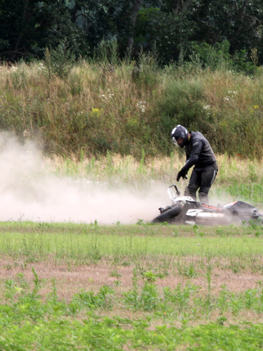 Süti talajmintát vesz a pálya széléről
