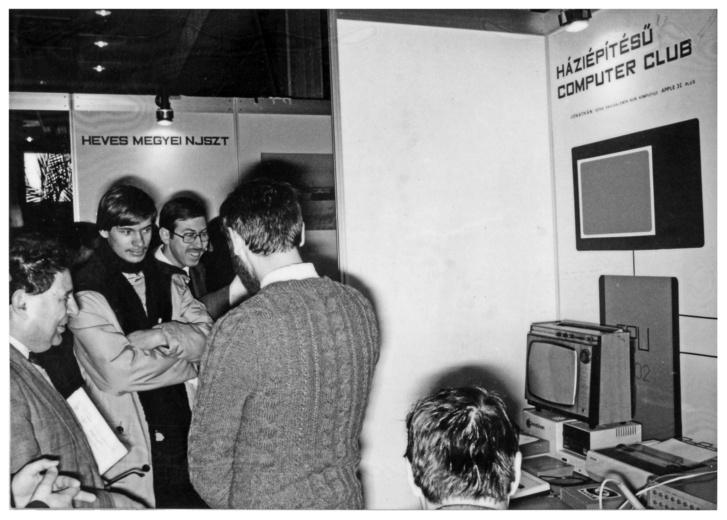 Vámos Tibor, az NJSZT elnöke (kép bal szélén) a HCC bemutatóján. 80-as évek eleje.