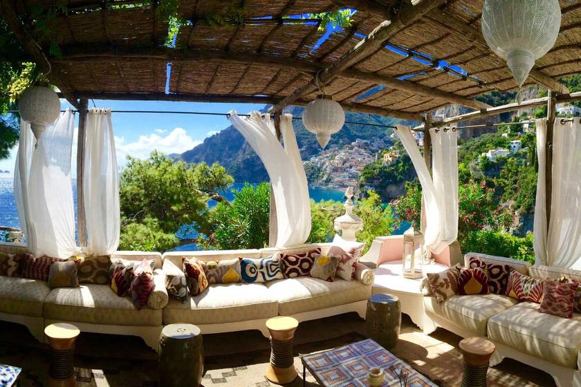A Villa TreVille Olaszországban, Positanóban található. A lélegzetelállító panorámáért egy éjszakára több mint 6400 eurót, azaz nagyjából kétmillió forintot kérnek. A hotelben természetesen található wellness-részleg, illetve privát tengerparttal is rendelkezik. A vendégeknek lehet jelentkezni limuzinos túrákra, de a szálloda könyvtára is pihentető kikapcsolódást nyújt.