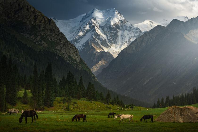 Gyönyörű hegyvidékei és érintetlen természete miatt az ázsiai Svájcként is emlegetik Kirgizisztánt.