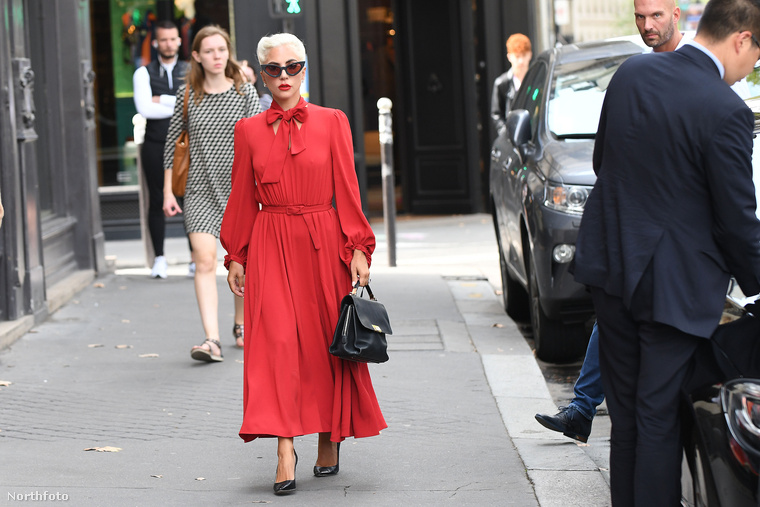 Lady Gaga ezt a hetet Párizsban kezdte, ahol hétfőn ebben a roppant nőies és az énekesnő szokásos ízléséhez képest meglepően visszafogott(nak tűnő) ruhában ment ebédelni.