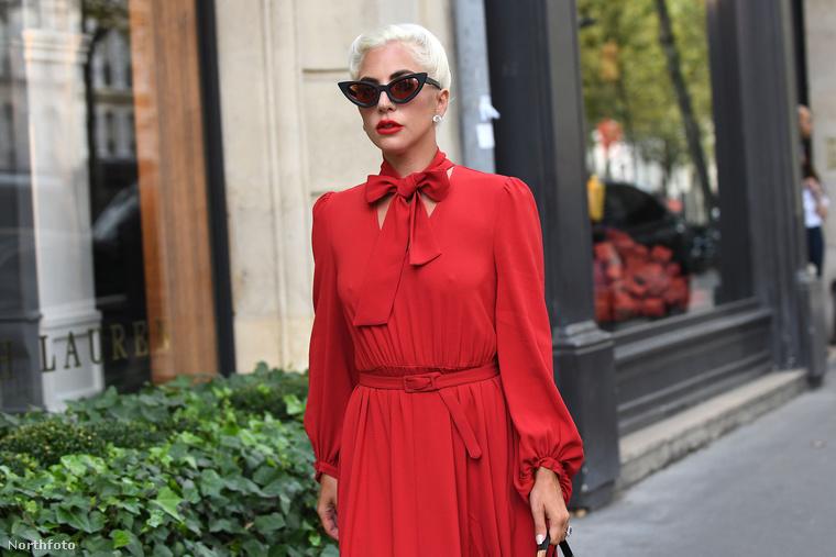 Persze Lady Gaga a visszafogott ruhákból is kihozza a maximumot, és most nem a retrósan macskaszemű napszemüvegre gondolunk, és nem is a ruhával azonos színű, látványos rúzs.