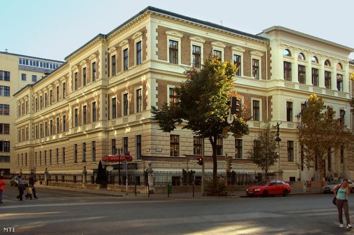 A BGE Vendéglátóipari és Idegenforgalmi Fõiskolai Karának épülete a fõváros V. kerületében az Alkotmány u. 9-11-ben.