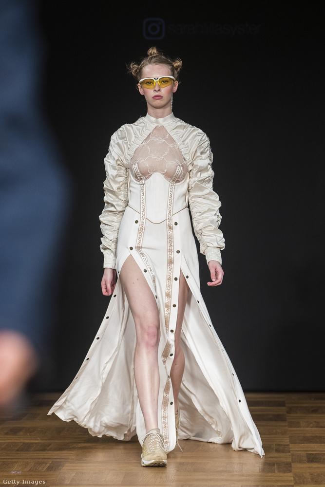 Itt van például az estélyi ruhának is beillő, mellbimbóvillantós párja az előző fotón látott kreációnak