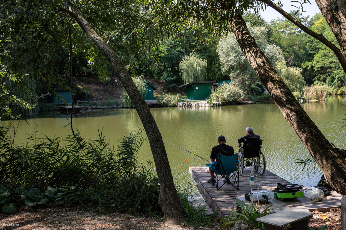 Horgászok az egyik szomszédos tónál