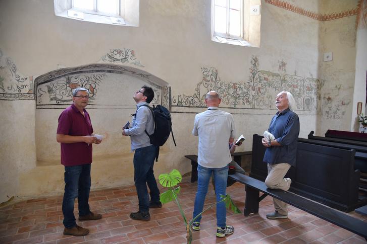 A kutatócsoport tagjai a nagyharsányi református templomban