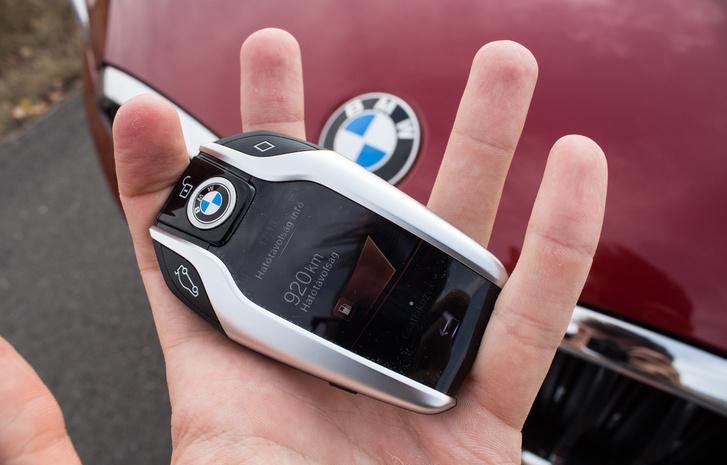 84 ezer forintért adják a kijelzős kulcsot. A kijelzőn mutatja, mennyi van még a tankban és hogy hány kilométerre elég, jelez, ha nincs bezárva az autó, ha lehúzva maradt az ablak, nyitva az üvegtető