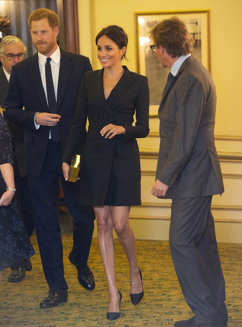 Meghan igazán dögös volt a tegnapi gálaesten - egy Judith & Charles kosztümöt viselt.