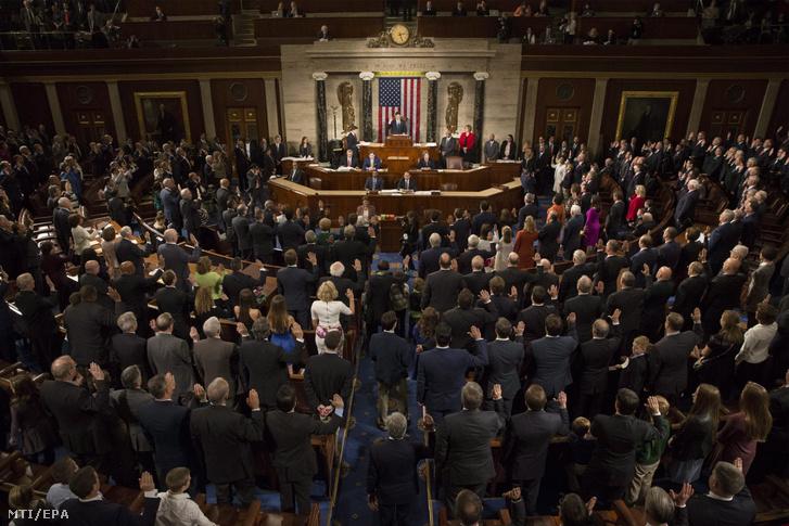 A 115. amerikai kongresszus tagjai hivatali esküt tesznek a kongresszus kétéves ciklusának kezdőnapján, 2017. január 3-án a törvényhozás washingtoni épületében, a Capitoliumban.