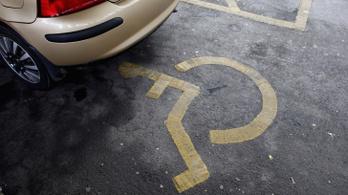 Mozgássérült-igazolvánnyal parkoló bíróra csaptak le a rendőrök