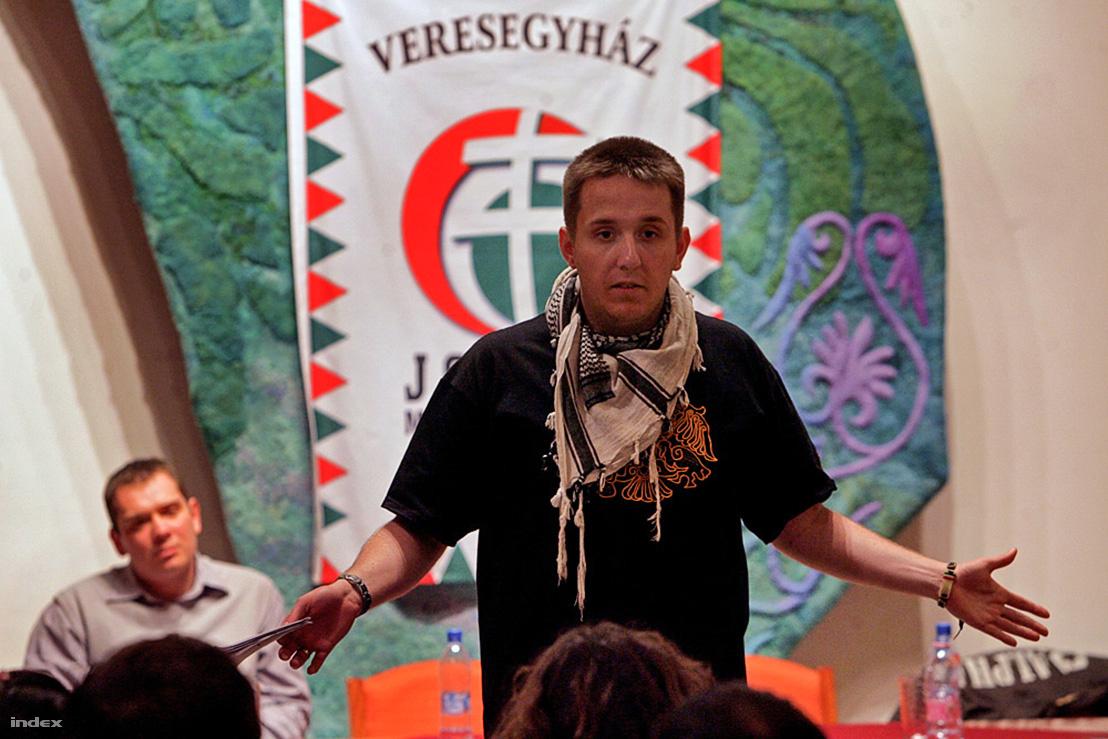 Fankadeli beszél 2010-ben a Jobbik egy kampányrendezvényén.