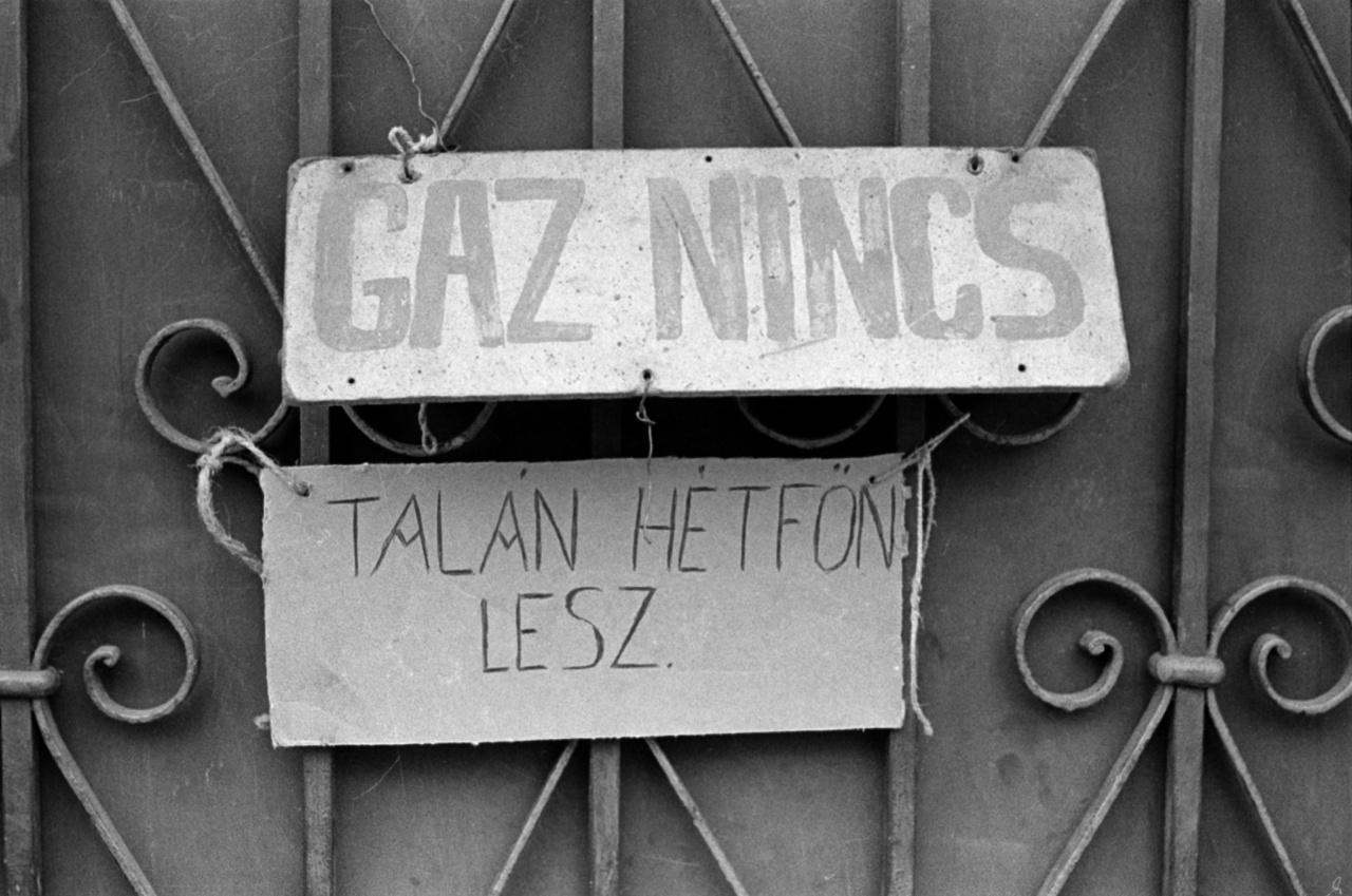 """""""A szocializmus építésének dicsőséges évtizedei óhatatlanul termeltek ki vadhajtásokat. Aki azonban azt mondja, hogy súlyosak a problémák, hogy ebben az ország gáz van, az komoly tévedésben van, azt megtévesztette a hanyatló nyugat mákonya. Elvtársak, meg lehet nyugodni, ebben az országban nincs gáz"""" – kezdte ünnepi novemberi 7-i beszédét a recsegőpusztai falugyűlésen Ábránd József tanácselnök. És míg otthon a felesége el nem szalajtotta a PB-palackot lecserélni, nem értette, mire ez az általános derültség, ami az ünnepséget végigkísérte."""