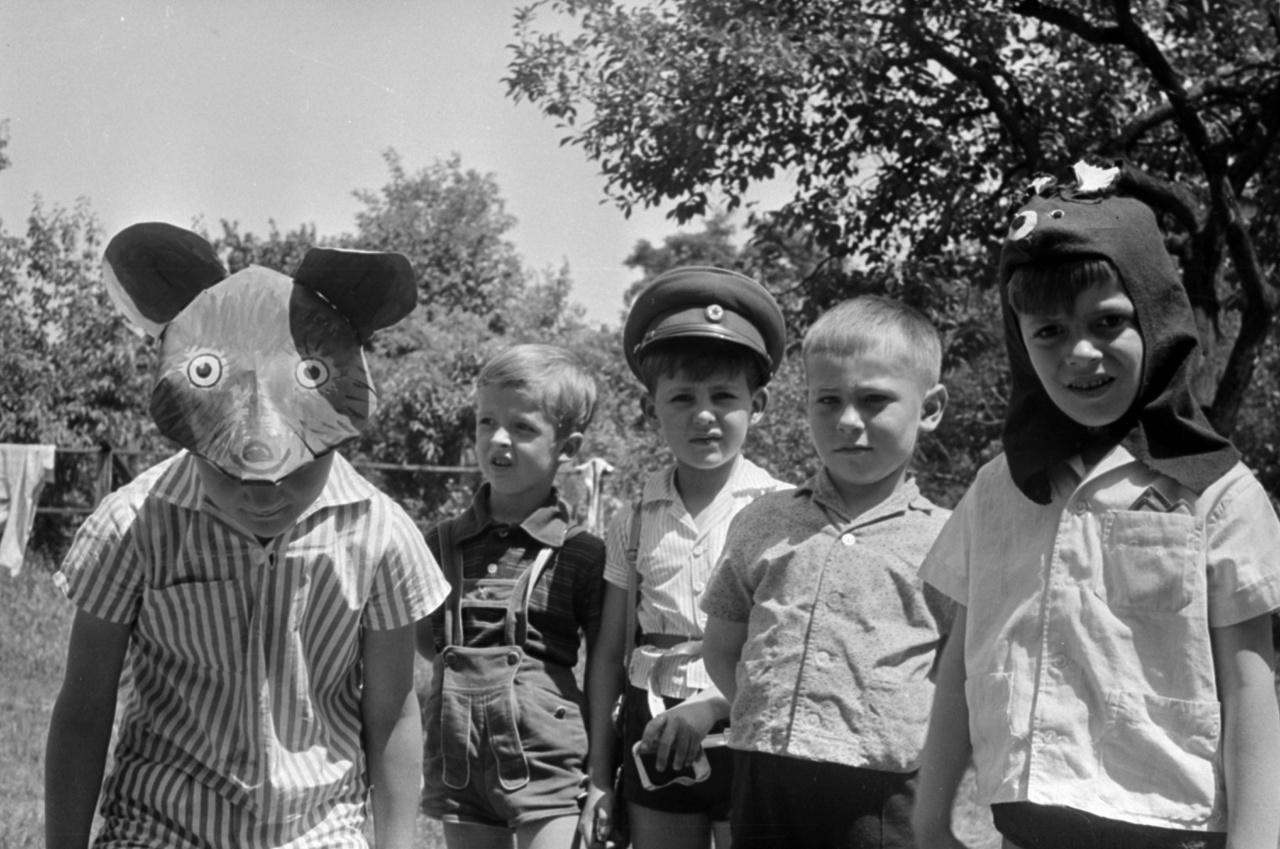 A Majakovszkij Vlagyimir Utcai Napköziotthonos Óvoda Bóbita csoportjának ballagó ovisai, és főleg óvónői igazán nagy fába vágták a fejszéjüket ezen a szép júniusi délelőttön. A ballagási műsorban egy kortárs író kis színdarabját adták elő a medvéről, aki előbb a székelyek között pusztítja a nacionalizmus poshadt szellemét, majd átszökik Magyarországra, ahol viccet csinál az üldözőiből. A gyerekek ugyan semmit nem értettek a darabból, de lelkesen próbálgatták a szülőktől kapott jelmezeket, például a körzeti megbízottól kapott rendőrsapkát, csak a Kivagyi Imre által vadászatból hozott medvefejet nem akarta senki felvenni. Végül rajzolt medvefejjel hidalták át a problémát, bár a gyorsan összetákolt álarcból még a szereplők sem jöttek rá, hogy az egy medve lenne.