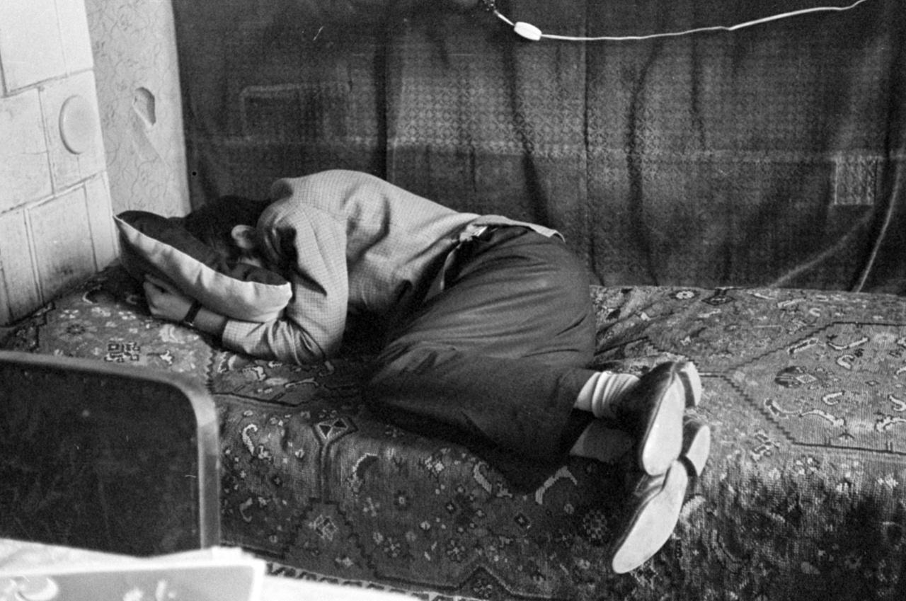 Mindeközben Jérce Lajos a családi tűzhely melegében az igazak álmát aludta. Volna, ha nem a hazug másnaposok álomtalan álmát alussza. Hiába ivott meg már két erős presszót, cukor nélkül, kis tejjel, képtelen volt ébren maradni. Szombat este a téesz menzáján a könyvelésről Marcsi és a traktoros csoportvezető Géza lagziját tartották, és Jérce Lajos nemcsak felöntött a garatra, hanem erős részegségében addig csapta a szelet az állami gazdaságban dolgozó Valikának, mígnem hátul, a vállalati IFA árnyékában egymásé lettek. Lajos testén számtalan karmolás- és harapásnyom marad az éjszaka emléke, szerencséjére részegségében is volt annyi esze, hogy ruhástul dőlt be az ágyba.