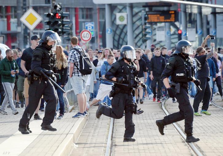 Rohamrendőrök Chemnitzben 2018. augusztus 27-én. Szélsőjobboldali tüntetők be nem jelentett tüntetésbe kezdtek miután egy 35 éves, orosz származású német férfit meggyilkoltak.