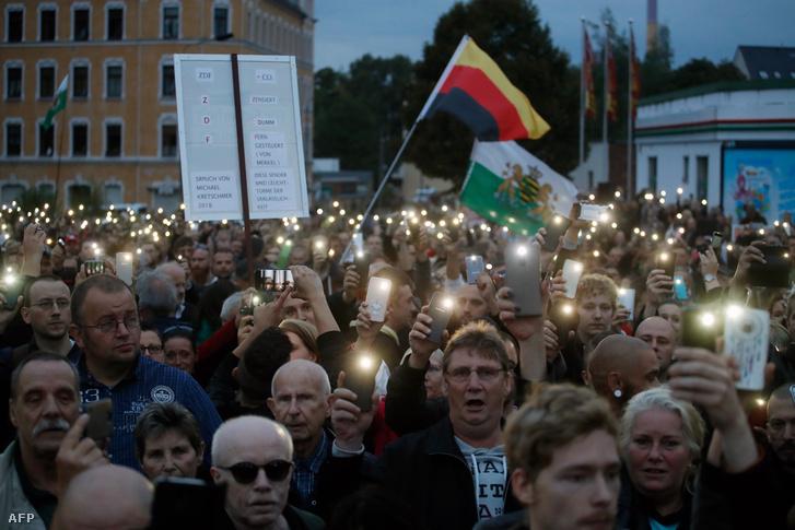 Szélsőjobboldali tüntetők a chemnitzi stadion bejáratánál 2018. augusztus 30-án