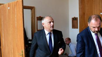 Hernádi Zsoltot rendőrök kísérték a bíróságra múlt csütörtökön