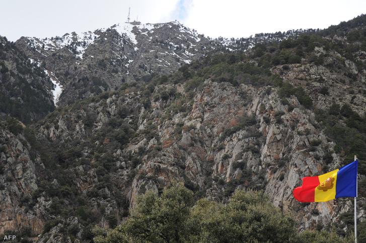 Andorra zászlaja Andorra la Vella, a főváros közelében