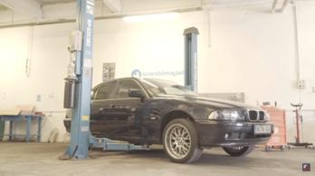 A kókler szerelőn túlnő a BMW