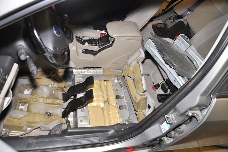 Gépkocsiba rejtve próbált kábítószert átcsempészni Röszkénél egy egy 37 éves bosznia-hercegovinai – koszovói kettős állampolgár, 2018 augusztus 14-én. Az elfogott férfit gyanúsítottként hallgatták ki, majd őrizetbe vették.