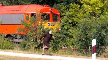A közlekedési államtitkár meglátogatja a vonatot lefutó csigajelmezes aktivistákat