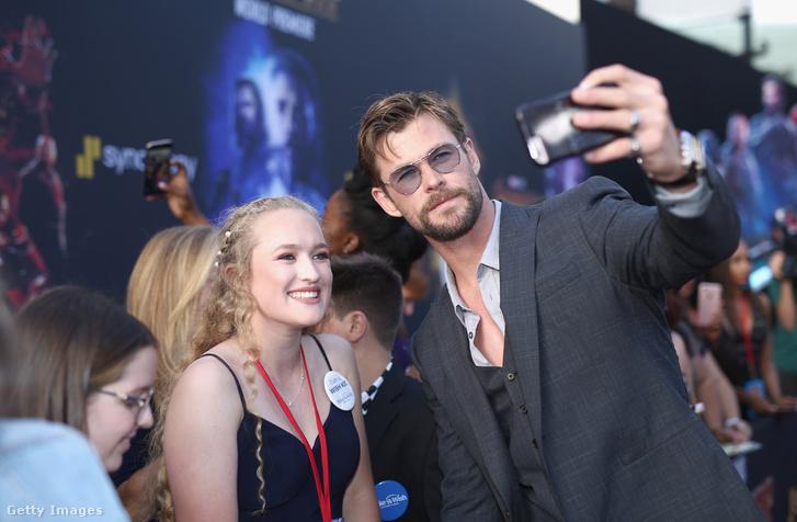 Chris Hemsworth rajongókkal szelfizik a Bosszúállók: Végtelen háború premierjén