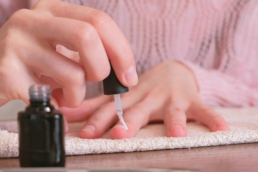 Színváltós körmöket készíthetsz otthon pár perc alatt ezzel a porral – 18 szépségújdonság szeptemberre