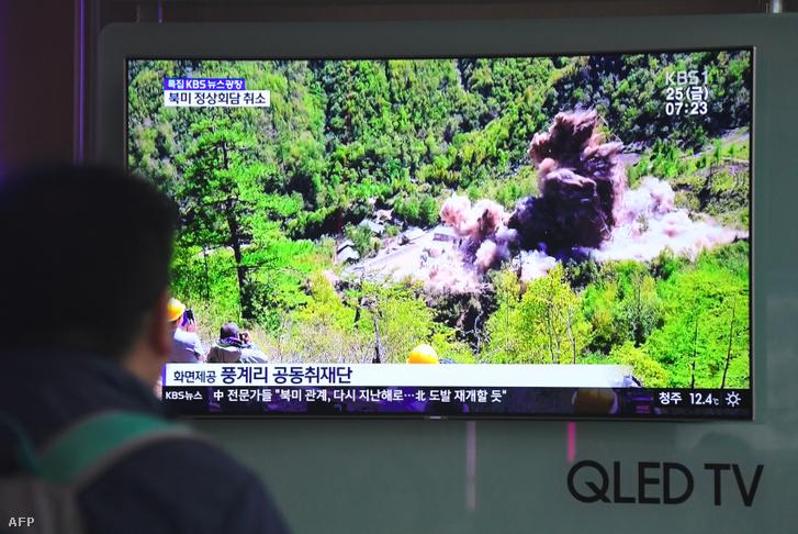 Egy észak-koreai nukleáris létesítmény felrobbantásáról készült felvételt mutat egy dél-koreai televízió csatorna 2018 májusában.