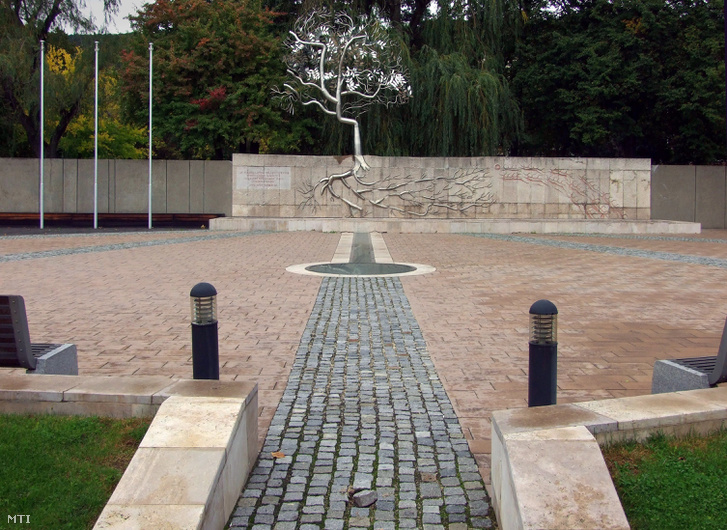 Emlékmű Tatabánya főterén