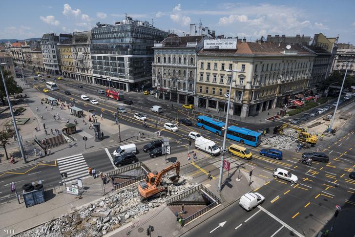 Munkagép és munkások a 4-es és 6-os villamos Blaha Lujza téri szakaszának felújításán 2018. július 5-én