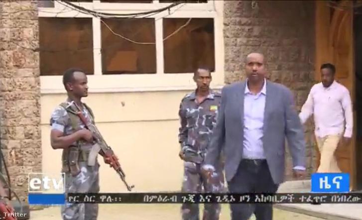 Abdi Mohamed Omart a rendőrség most TV-kamerák előtt vitte el a házából