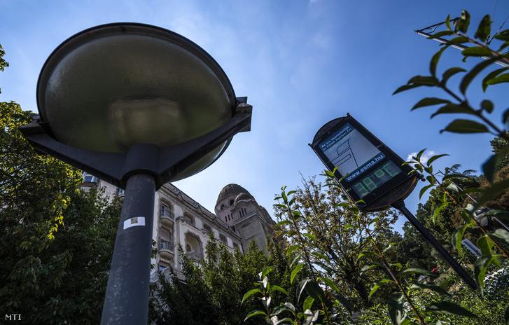 Utcai hőmérő a budapesti Szent Gellért téren 2018. augusztus 9-én