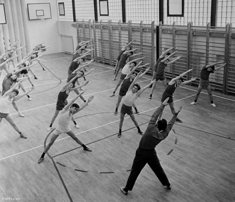 Tornaóra 1959-ből, ahol már a tanár is melegítőben végzi a gyakorlatot, a fiúk pedig a ma is megszokott rövidnadrágban és atlétikatrikóban feszítenek