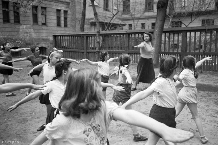 Ez a kép 1949-ben készült a budapesti Tutaj utcában, a mai Pannónia Általános Iskola udvarán