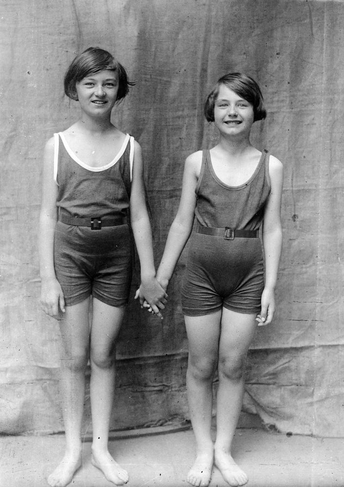 A lányok ilyen egyberészes tornaruhát hordtak 1930-ban.