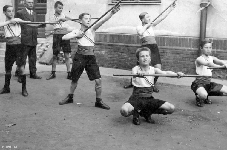 Testnevelésóra 1928-ban