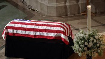 Trump távollétében búcsúztatták John McCaint