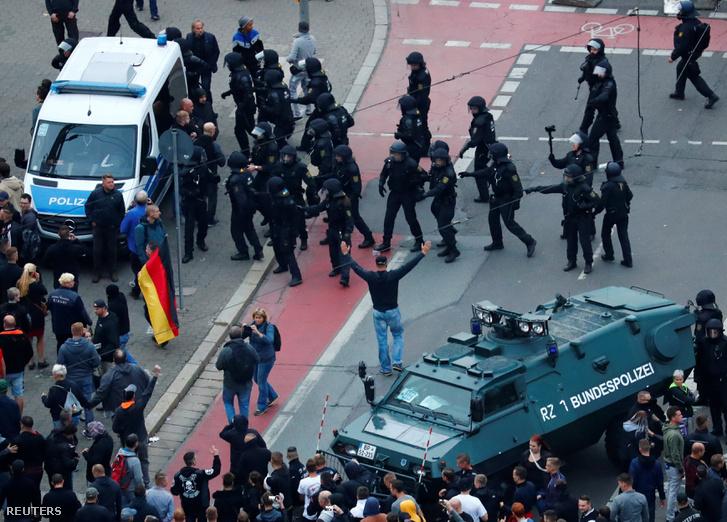 Rohamrendőrök és tüntetők Chemnitzben 2018. szeptember 1-jén