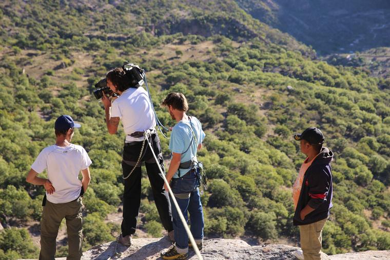 Mexikóban a stáb így biztosítja magát, míg a gyerekek egy szál hátizsákkal járnak ugyanitt minden nap