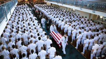 Eltemették John McCaint