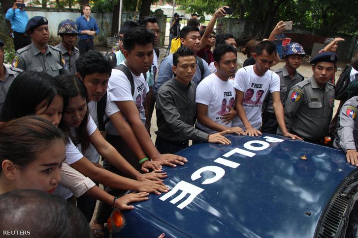 Újságírók állják útját a két bebörtönzött tudósítót szállító autónak 2018 szeptember 3-án.