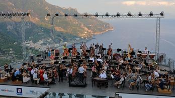 Európa-szerte óriási sikert aratott a cigány muzsikusokkal együtt turnézó Fesztiválzenekar
