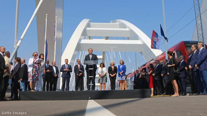 Szerb elnök Aleksandar Vucic és az európai szomszédsági politika és a bővítési tárgyalásokért felelős európai biztosa Johannes Hahn, részt vesz 2018 szeptember 1-én a Zezelj híd megnyitó ünnepségén, Szerbiában.