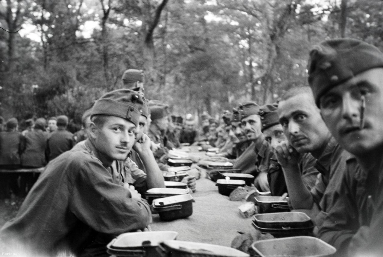 """Budapest ostromát Mártáéknak a családfő nélkül kellett átvészelniük. 1944 szentestéjén a szokásos hatalmas karácsonyfa helyett csak egy pici jutott a Liget utcai lakásba. Az anyja azt mondta neki: """"Jézuska azért nem hozott nagyobb fát, mert apu nincs itthon"""". Abban az évben egy lencsibabát kapott ajándékba. December 25-én bezárult a szovjet ostromgyűrű Budapest körül. A következő egy hónapban a hat éves kislány folyamatosan az új babáját szorongatta az épület légópincéjében, amit azért építettek, hogy a légi támadások bombáitól megvédje a civileket. A felnőttek már készültek az ostromra, ezért már korábban ételt és kanapét vittek le a pincébe. Mivel a nagymamája már túlélt egy világháborút, ezért azt vallotta, krumplinak, rizsnek, sónak mindig kell lennie otthon. Ezeket aztán le is tudták magukkal vinni, és az épület többi lakójának is adtak belőle. Hogy legyen mivel mosakodni, az anyja hetekig lavórban melegítette a havat egy dobkályhán. Csak egy hónappal később, 1945. január 20-a után jöttek fel a pincéből."""